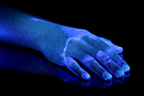 Magic Fluore auf einer Hand, Visualisierung durch PVL mit UV-Licht